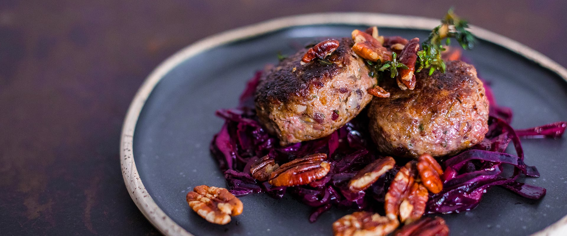 Enten-Pflanzerl mit lauwarmem Blaukraut-Salat