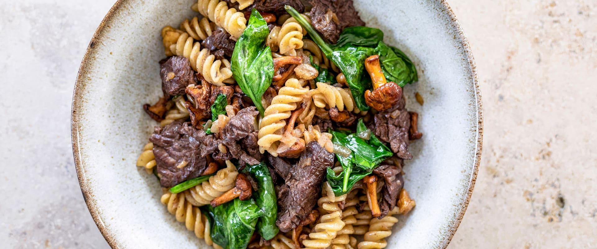 Onglet-Pasta mit Pfifferlingen, Spinat und Walnüssen